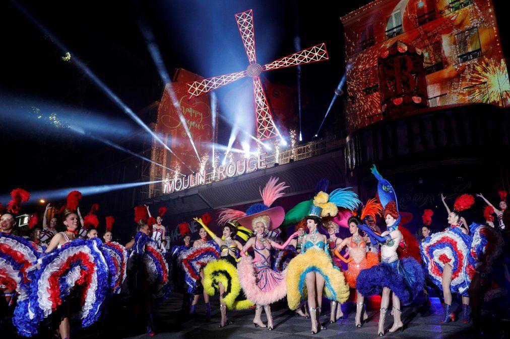 Los bailarines del Moulin Rouge se presentan durante la celebración del 130 aniversario del cabaret más antiguo de Francia.