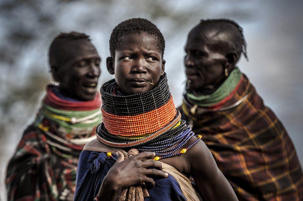Mujeres de la comunidad de Turkana se reúnen junto a la aldea en una zona árida y seca en Morungole.