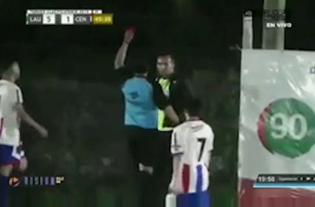 Un árbitro le sacó tarjeta roja a un periodista que trabajaba para la TV a nivel de cancha