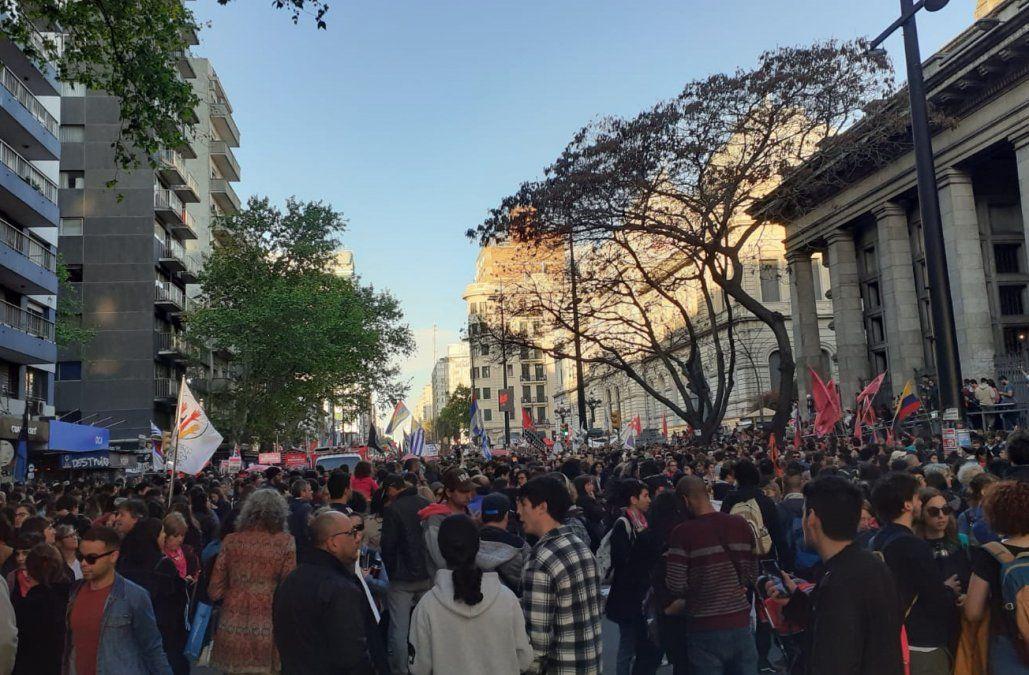 Multitudinaria marcha por el No a la reforma recorrió el centro de Montevideo