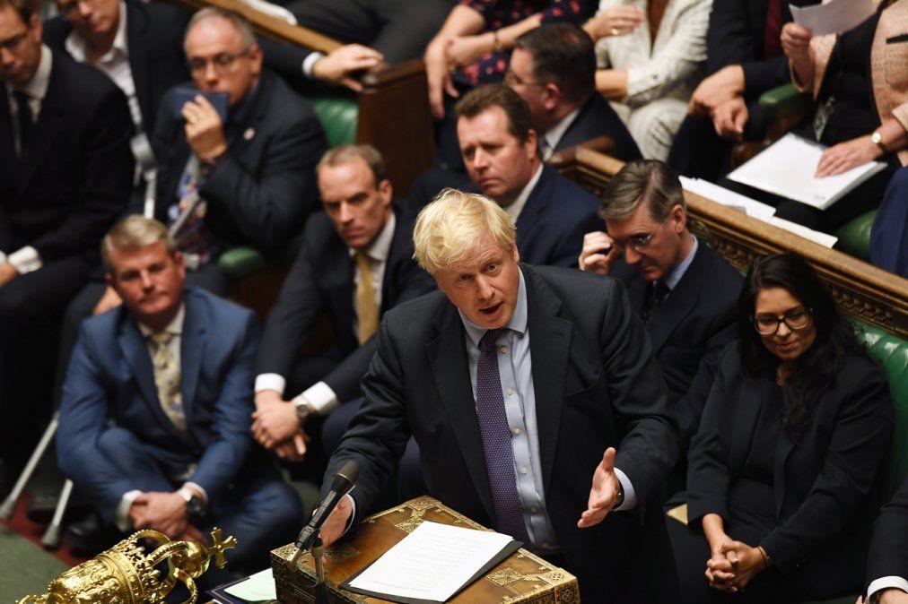 Johnson suspende el Brexit tras otra caótica sesión parlamentaria