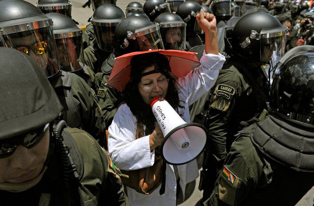 Mujeres trabajadoras se expresan sobre la crisis frente al Supremo Tribunal Electoral