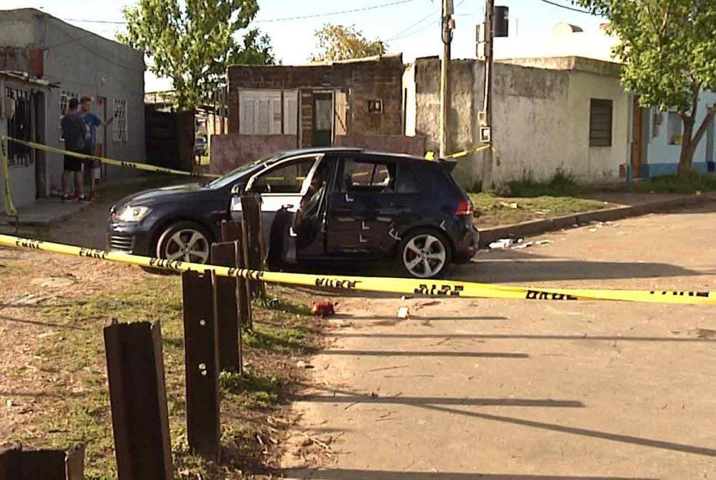 Dos delincuentes se tirotearon con la policía luego de robar un auto