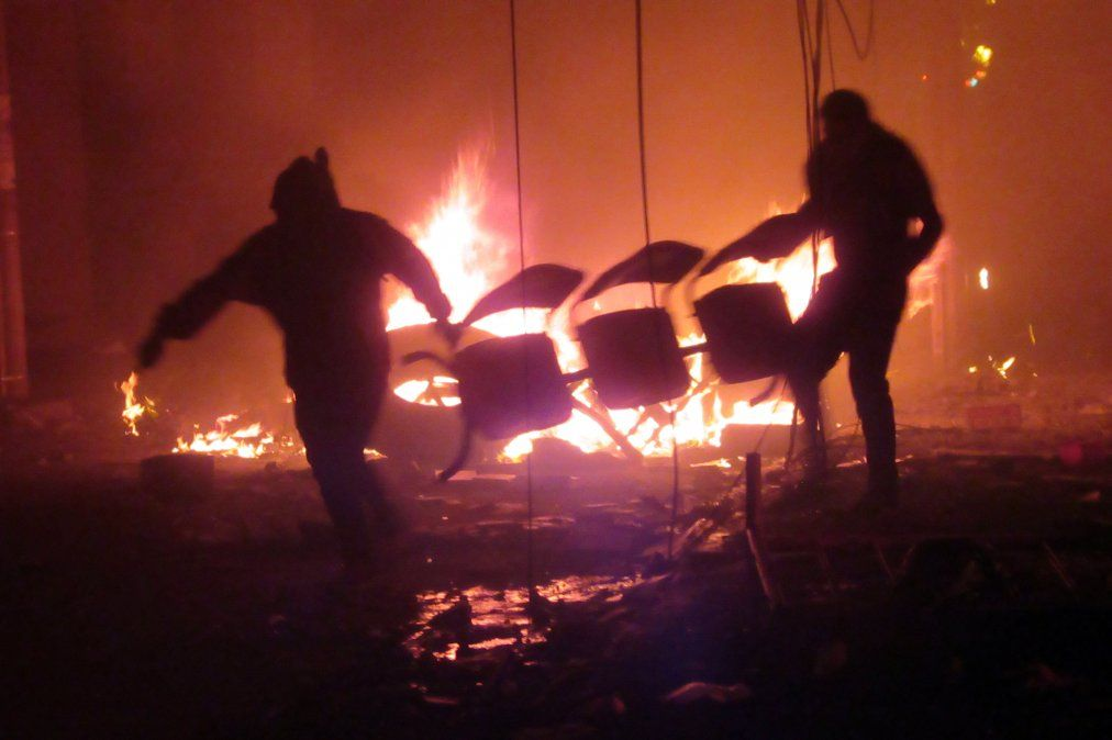 Manifestantes de oposición boliviana prenden fuego las oficinas electorales en Sucre en rechazo a reconocer los resultados de las elecciones.