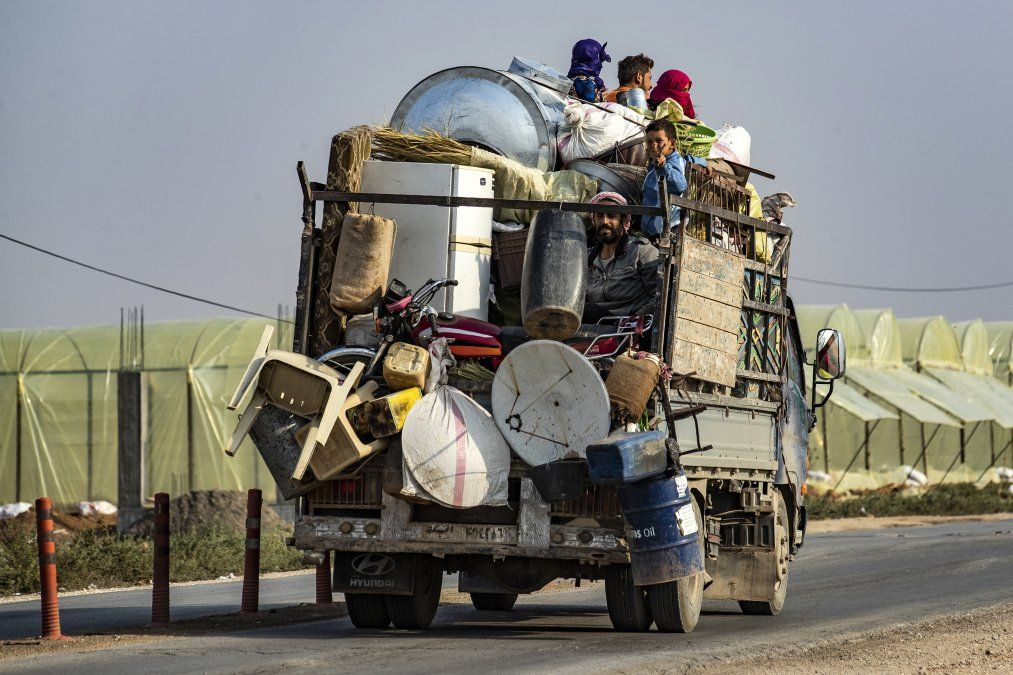 Los sirios huyen con sus pertenencias de la ciudad de Ras al-Ain hacia la ciudad de Tal Tamr.