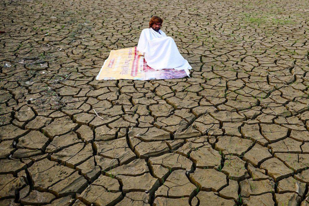 Un hombre se sienta a orillas de Sangam