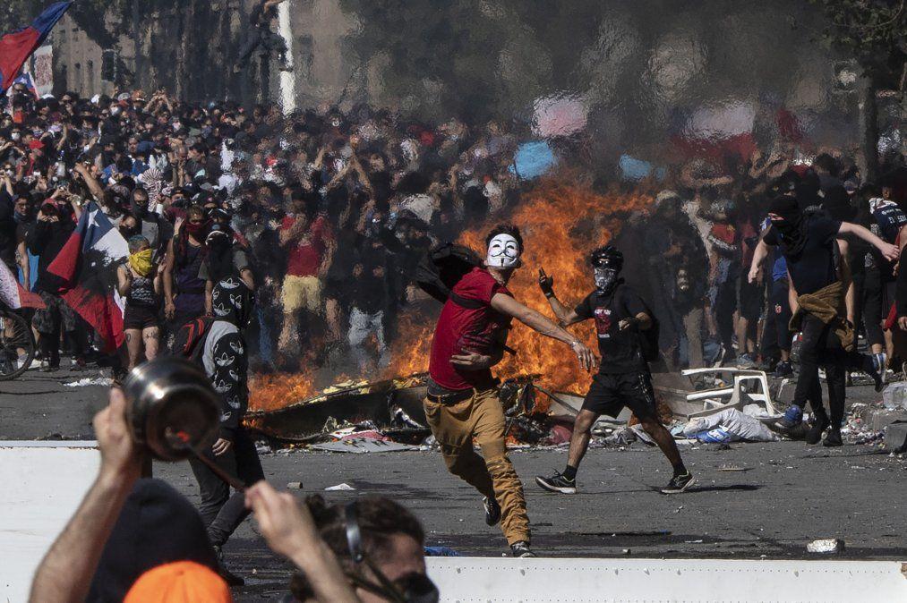 Quinto día consecutivo de violencia en las calles de Chile por la subida