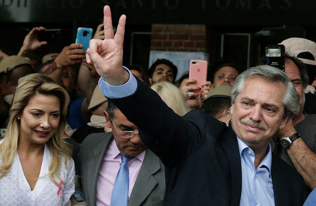 Alberto Fernández se reunirá este lunes con Macri tras ganarle la elección por 7 puntos