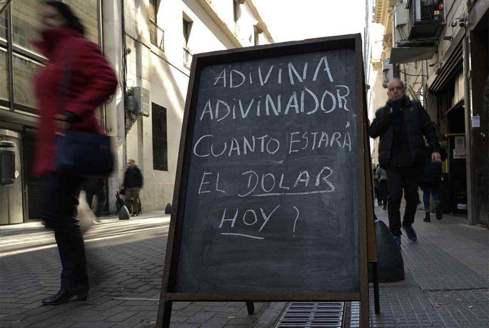 Un cartel en el centro porteño sobre el precio del dólar