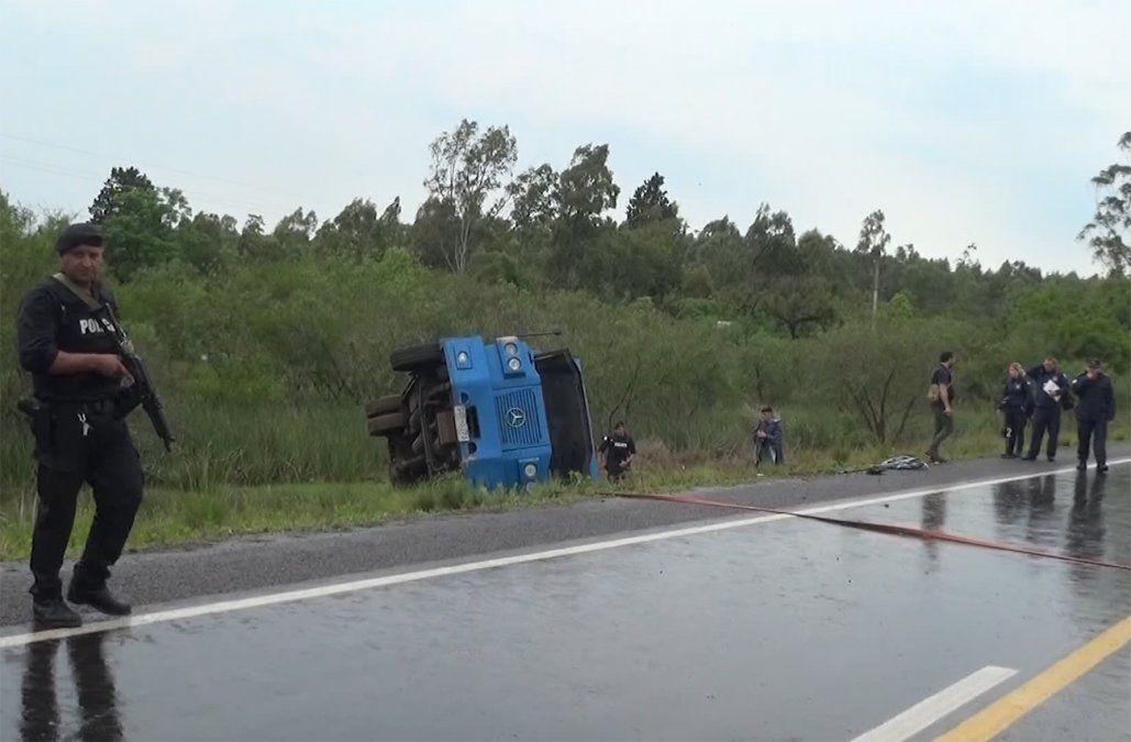 Un blindado del Banco República volcó en ruta 30 y su conductor debió ser rescatado