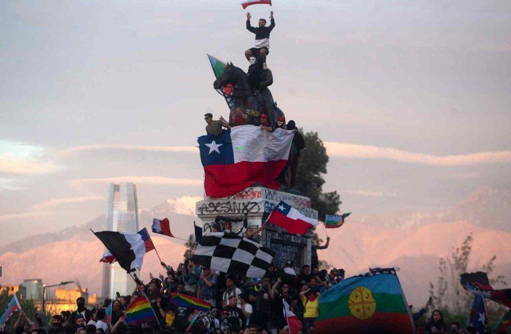 Masivas movilizaciones mantienen presión sobre gobierno chileno