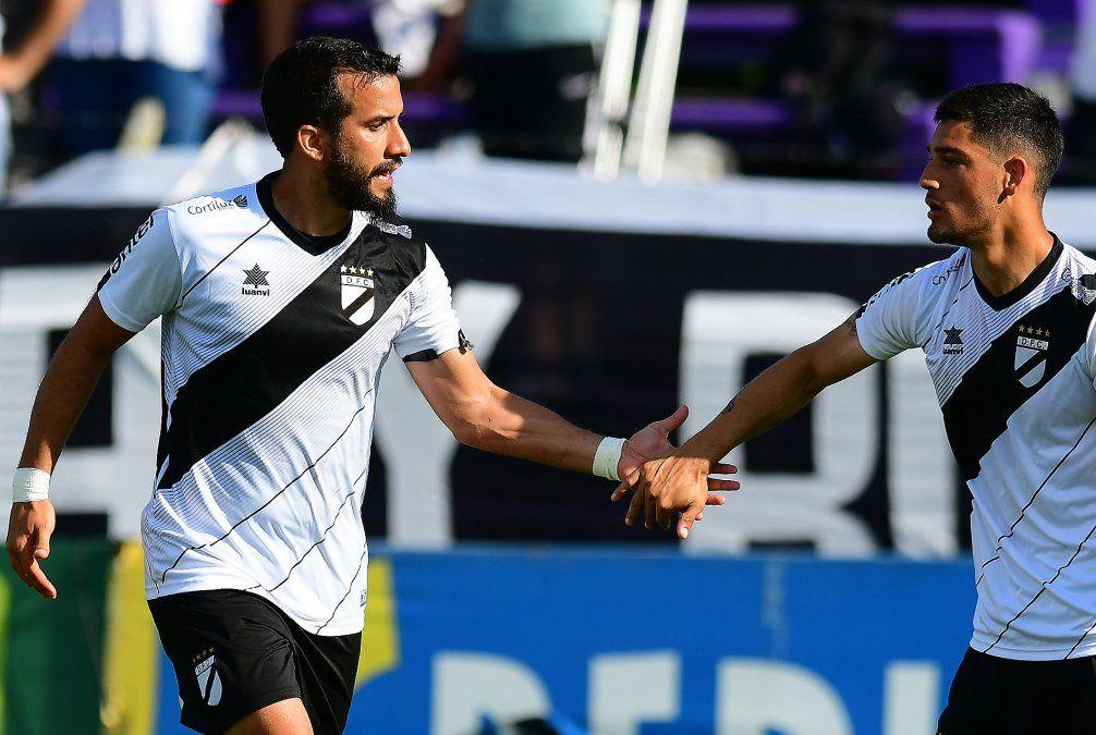 Peñarol le ganó a Plaza Colonia 2-1, con goles de Jiménez y Acevedo