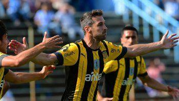 Peñarol venció a Cerro 3-1 y superó a Nacional en la tabla Anual