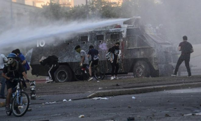 Calma de día, caos de noche : Santiago, la capital bipolar de la revuelta chilena