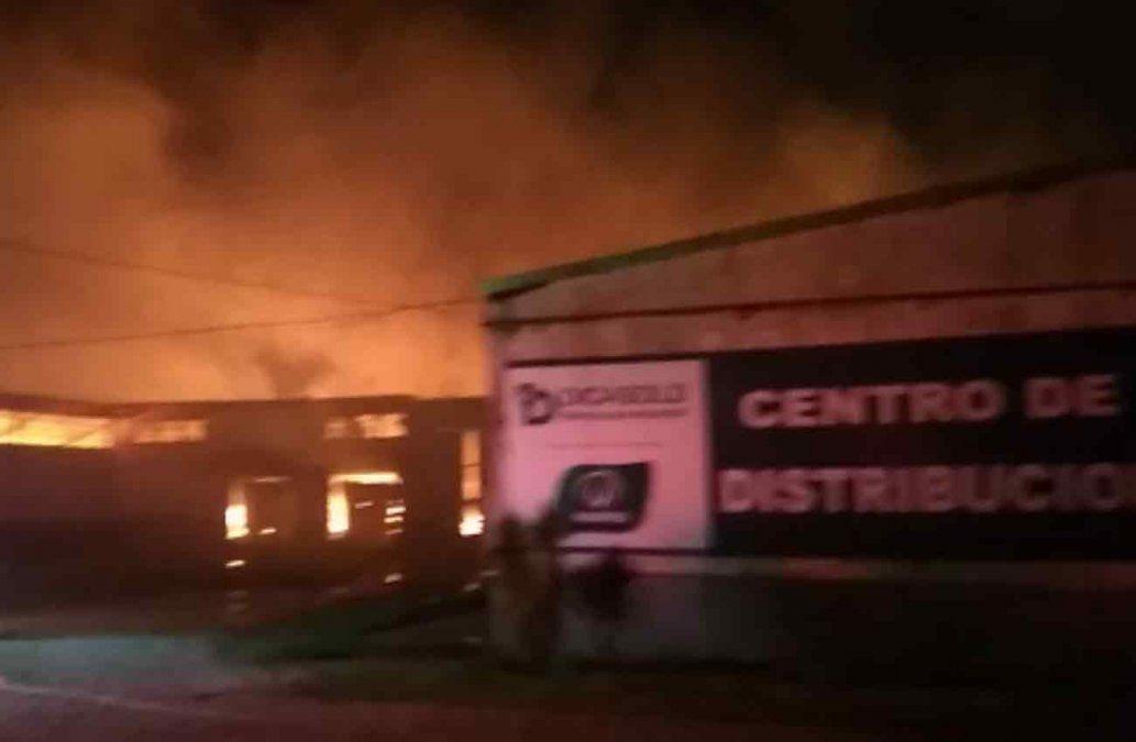 Se incendió un depósito de 5.400 metros cuadrados en Carrasco Norte