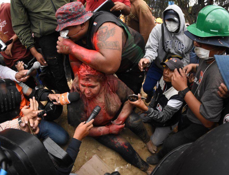 La alcaldesa de del pueblo boliviano de Vinto y una de las integrantes de su partido Movimiento para el Socialismo hablan con la prensa tras haber sido humilladas por una multitud de partidarios de la oposición.