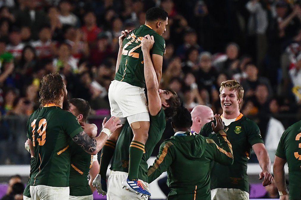 Jugadores sudafricanos celebran la victoria en el Mundial de Rugby tras derrotar a Inglaterra.