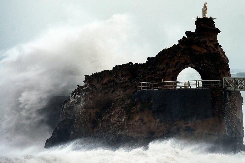 Las olas rompen en la costa de Rocher de La Vierge