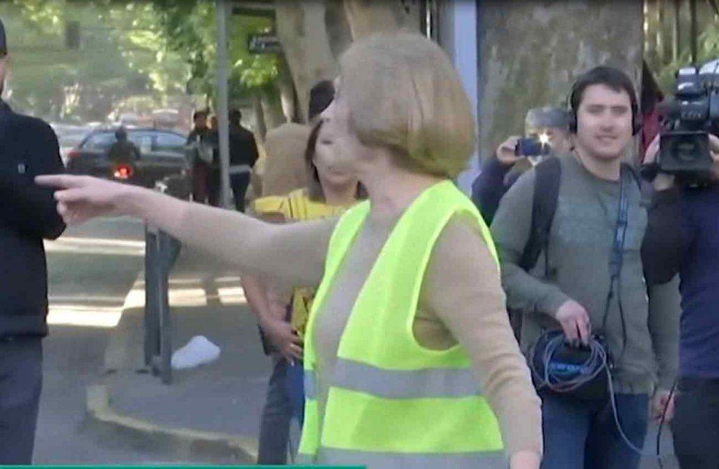 Una alcaldesa de Chile se escapó corriendo de los periodista