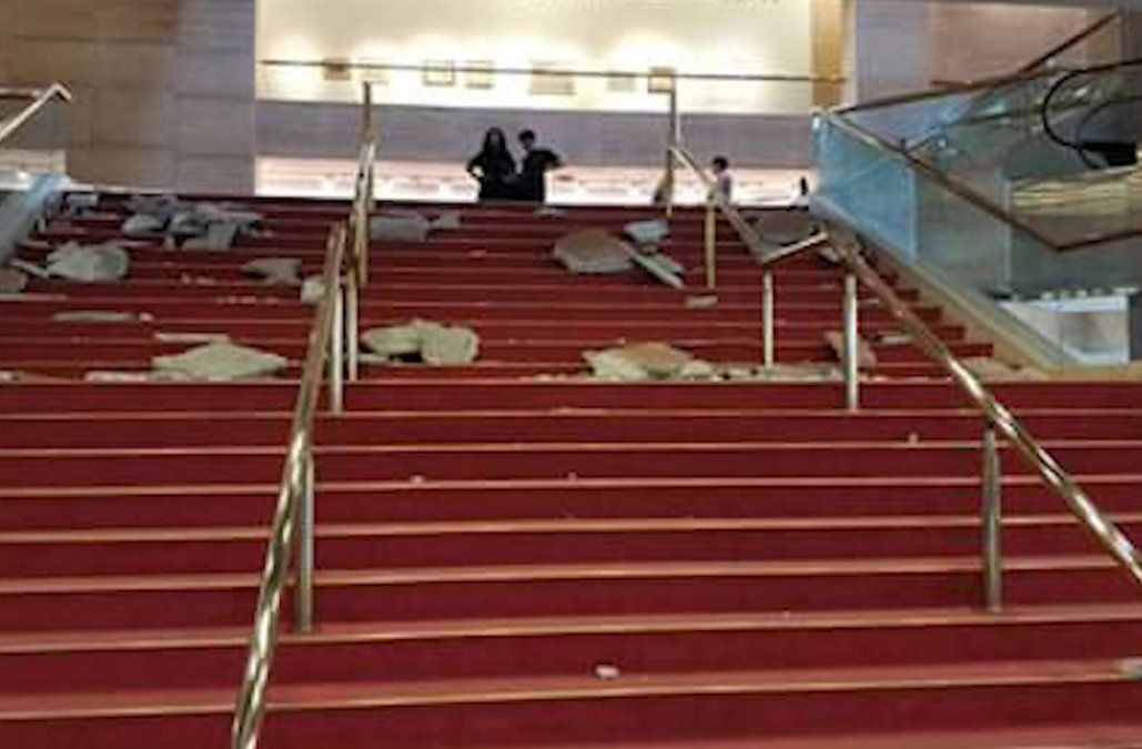 Cayó parte del material del dintel de una escalera del Auditorio Nacional del Sodre
