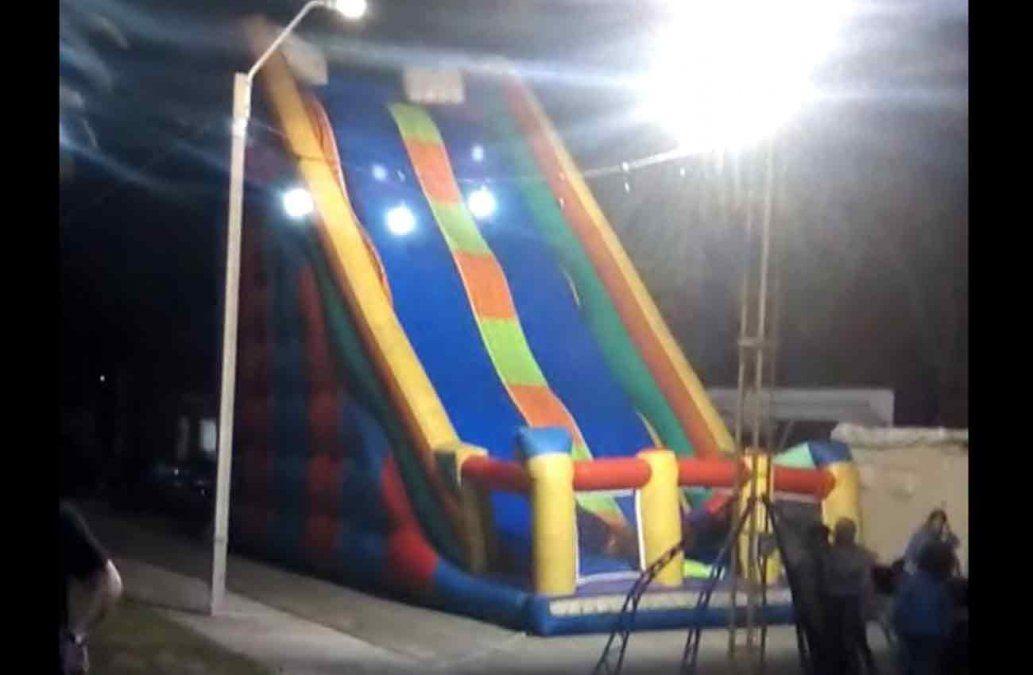 Hombre politraumatizado al caer de un tobogán inflable gigante