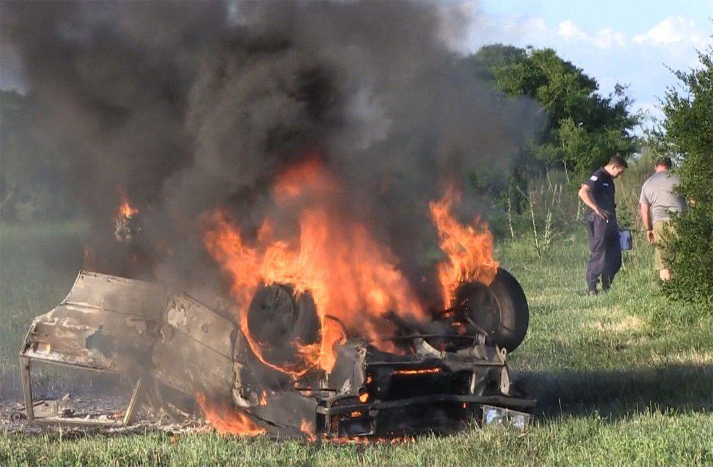 Un conductor de salvó de milagro: su auto volcó, dio varias vueltas y se incendió