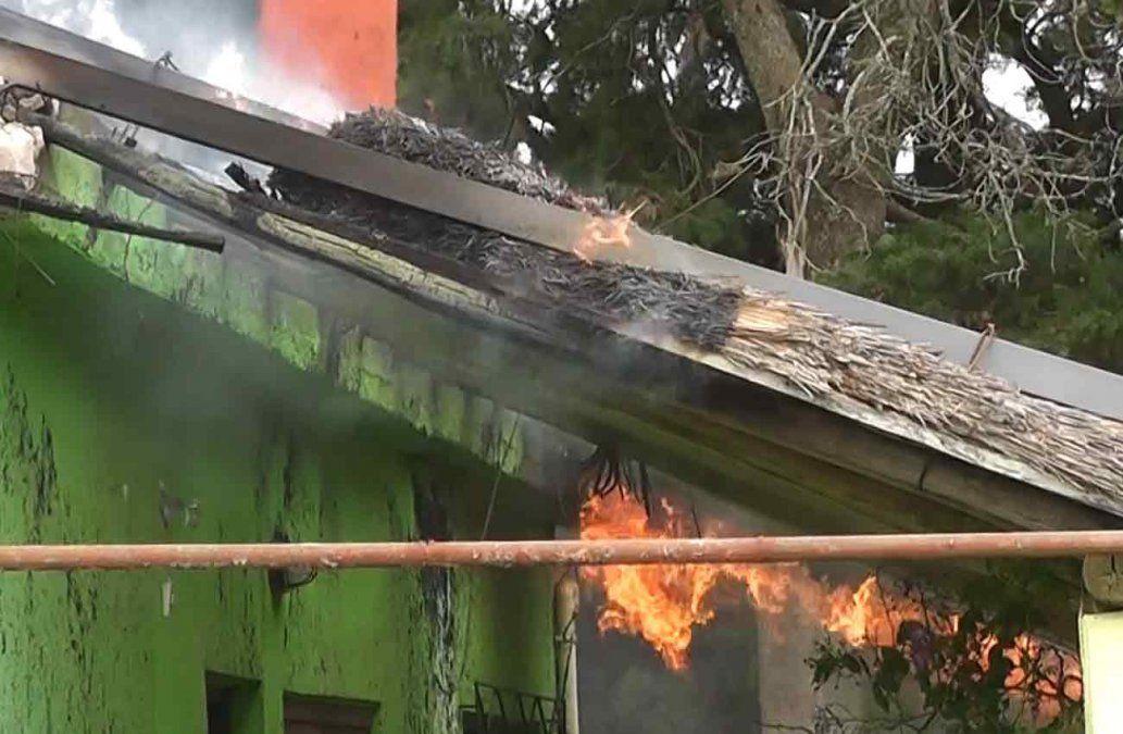 Soldaban el techo de una vivienda, se incendió y las pérdidas fueron totales