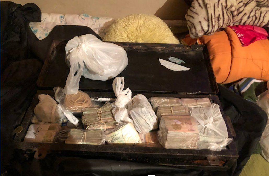 Cuatro detenidos con varios kilos de droga y medio millón de pesos tras dos allanamientos