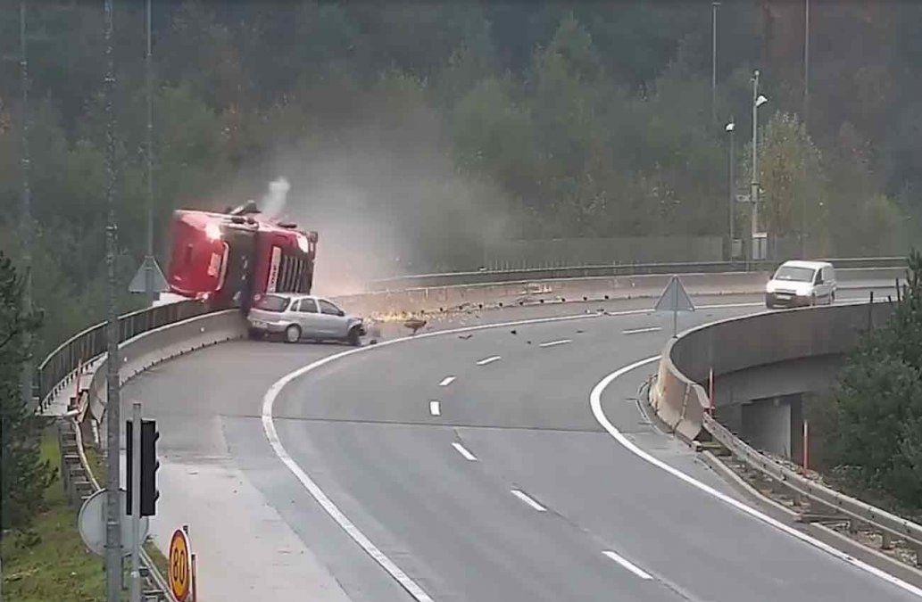 El espeluznante accidente que terminó con un camión cisterna cayendo al vacío