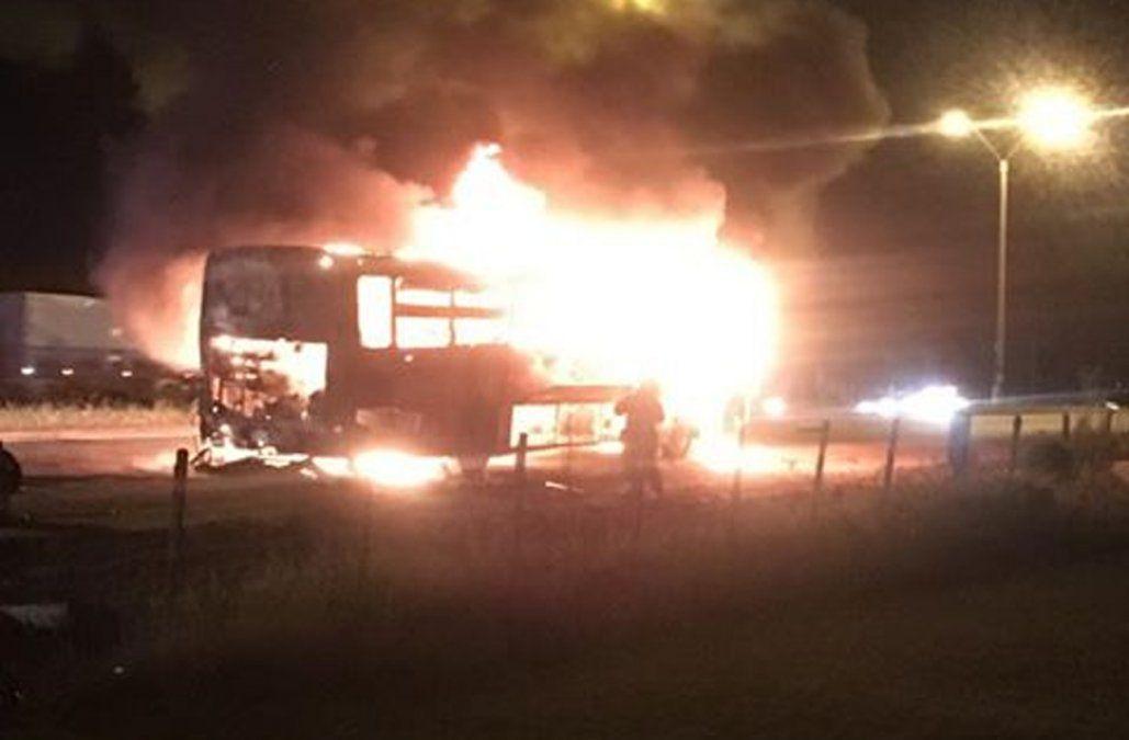 Se incendió un ómnibus cuando circulaba con pasajeros por ruta 5 hacia Florida