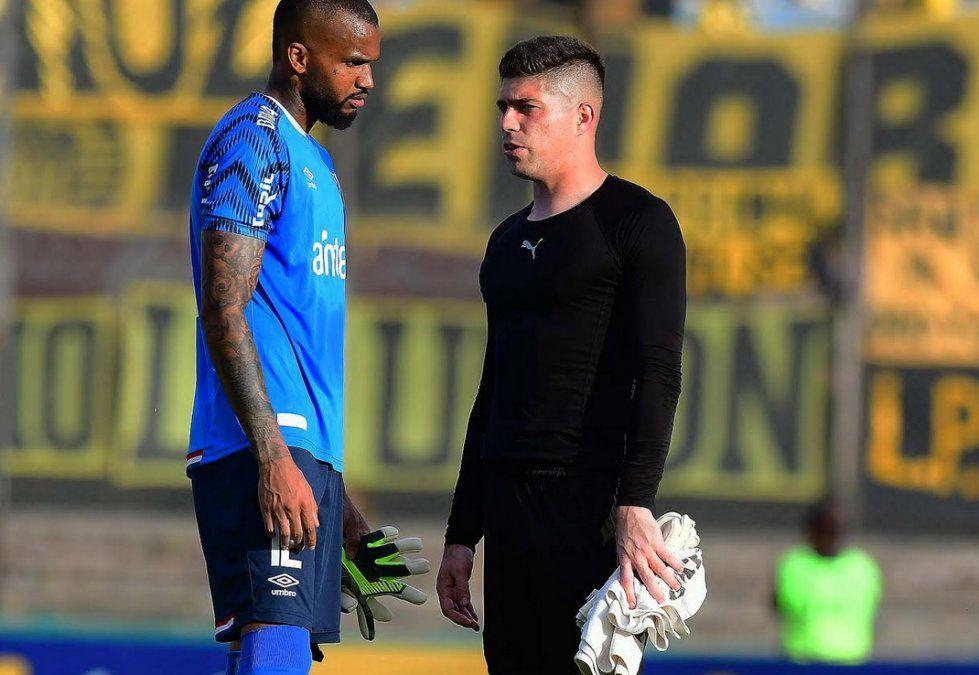 Mejía y Dawson hablan después del partido. Ambos arqueros fueron casi espectadores. Hubo pocas jugadas de gol.