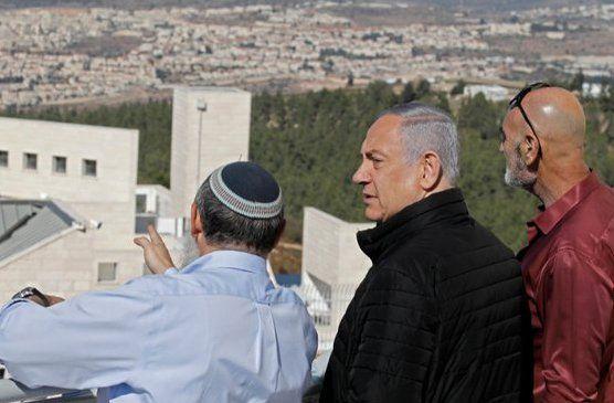 Netanyahu observando los territorios ocupados. Para los israelìes su verdadera denominación es Judea y Samaria
