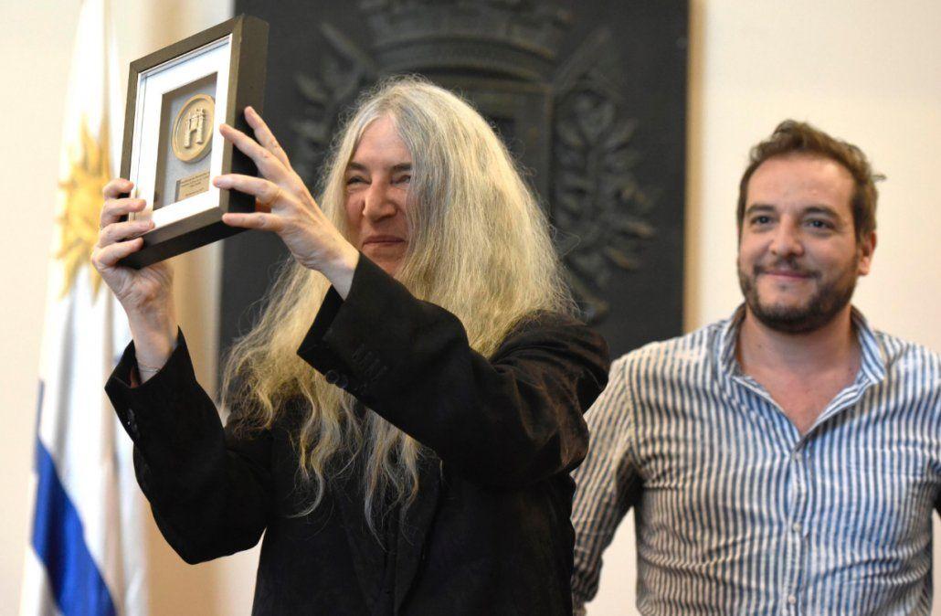 Smith con su placa de ciudadana illustre y detrás el intendente Di Candia