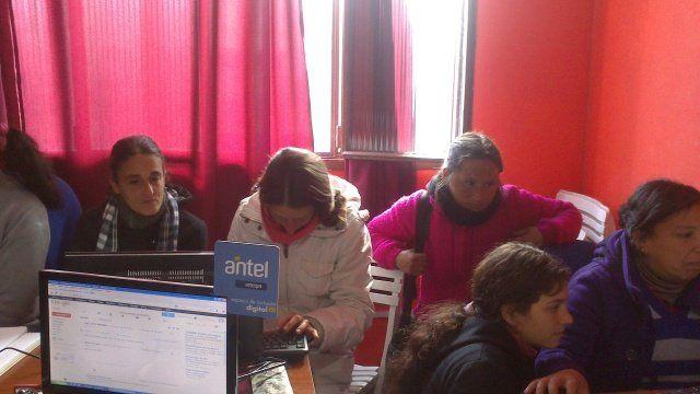 Grupo Uruguay Trabaja La Paz se capacitan en Alfabetización Digital en el año 2013.
