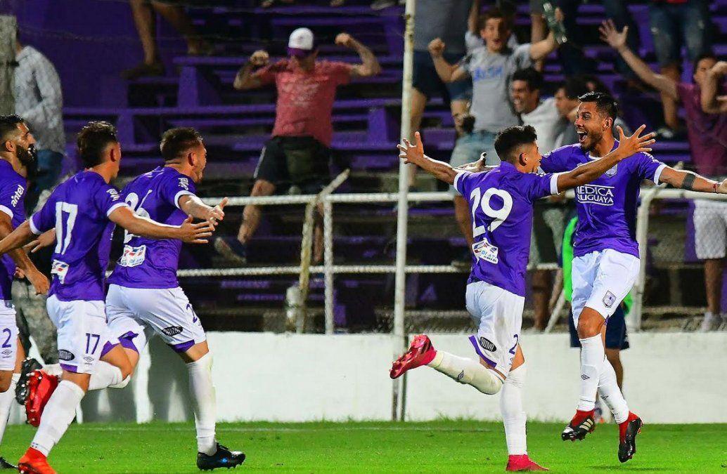 Defensor Sporting festeja el sorpresivo cambio de viento en el partido. En los últimos 10 minutos todo fue celebración en el Franzini