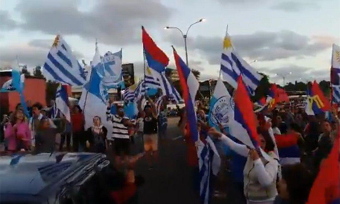 Militantes del Partido Nacional y del Frente Amplio cantaron el himno juntos en la rambla