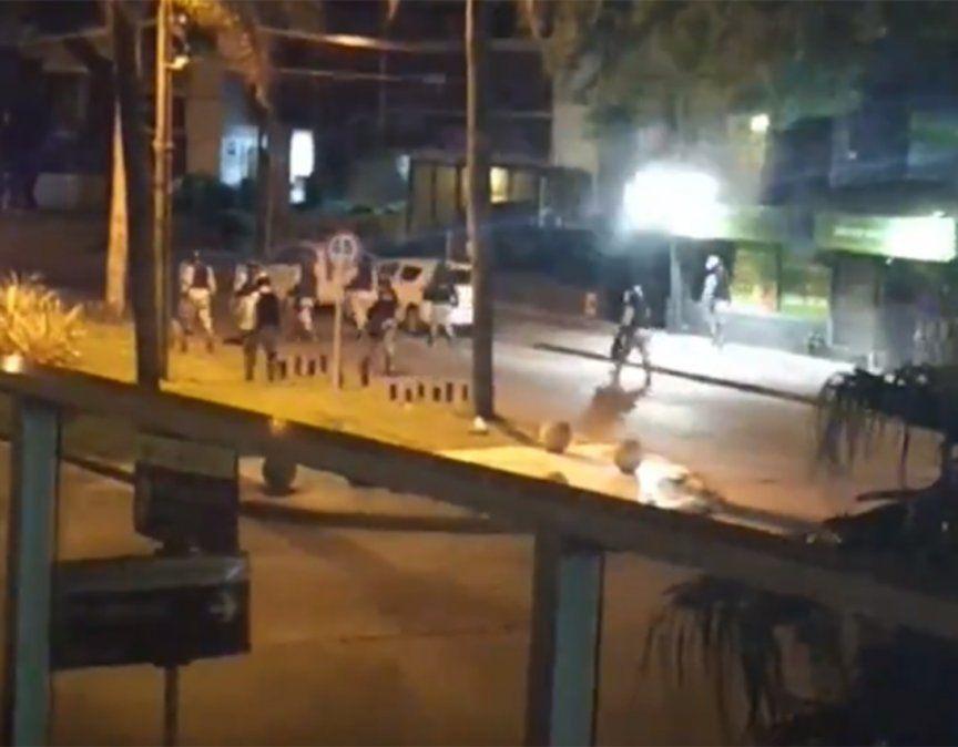 Desórdenes en Kibón; patrulleros, coches y un bus de la Armada dañados