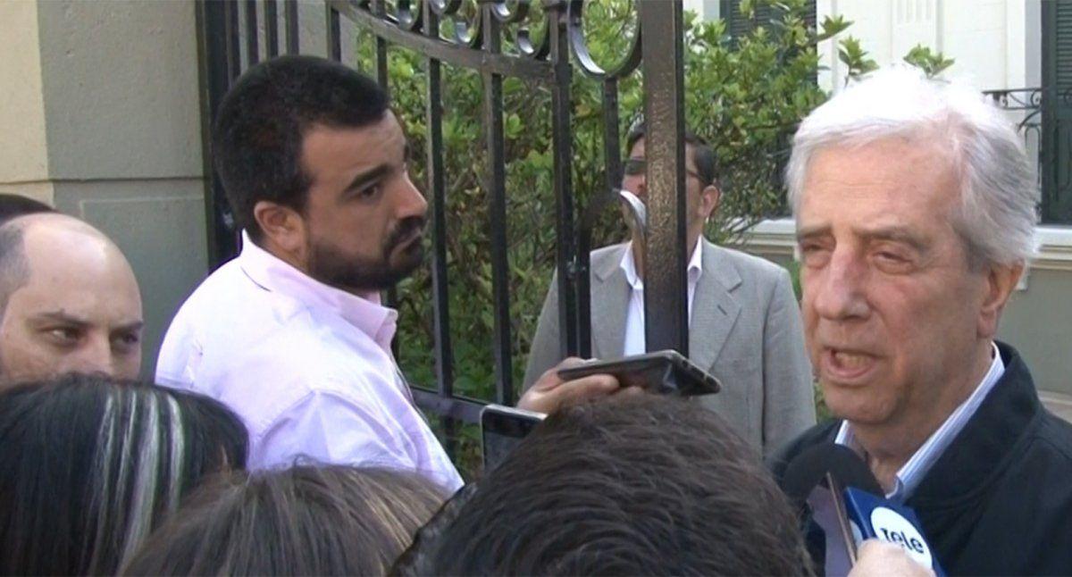 Tabaré Vázquez saliendo de su casa en El Prado a la mesa de votación en La Teja. Habla con la prensa