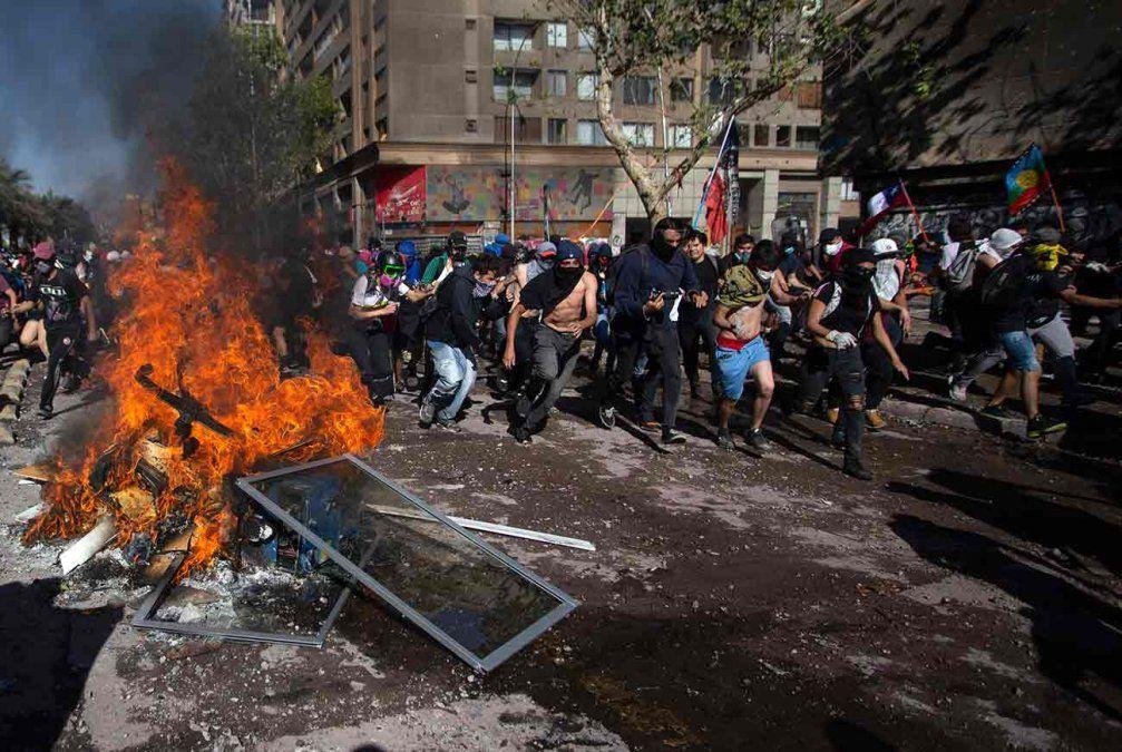 Saqueos a un hotel y supermercados y varios incendios suman tensión a la crisis chilena