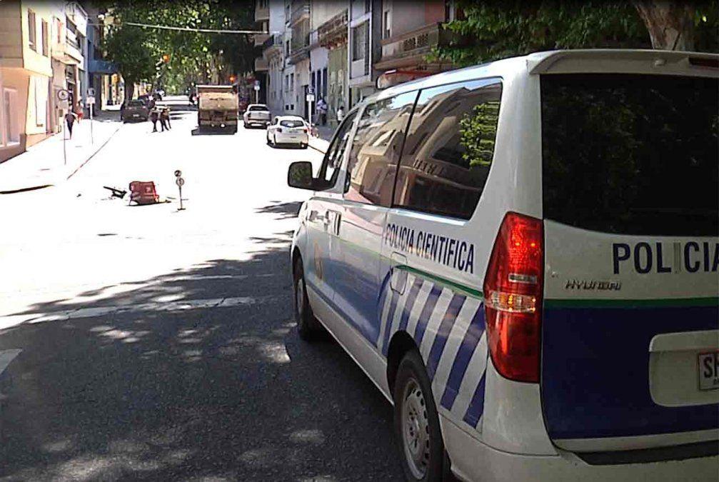Un delivery falleció luego de impactar contra un camión de escombros