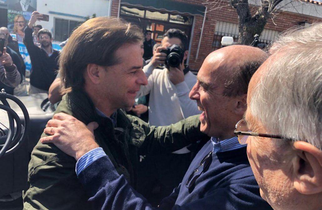 Lacalle Pou y Daniel Martínez se saludan tras coincidir en Soriano en medio de la campaña. ARCHIVO.