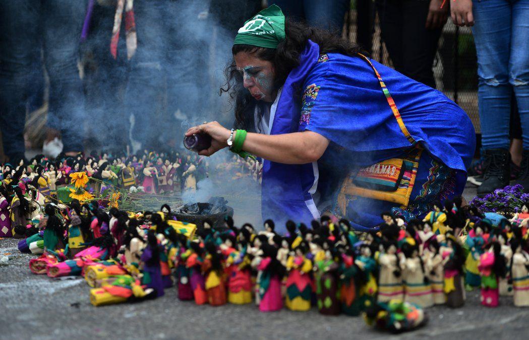 Una mujer participa en un ritual en memoria de las mujeres asesinadas en Honduras en el marco del Día Internacional Contra la Violencia hacia la Mujer