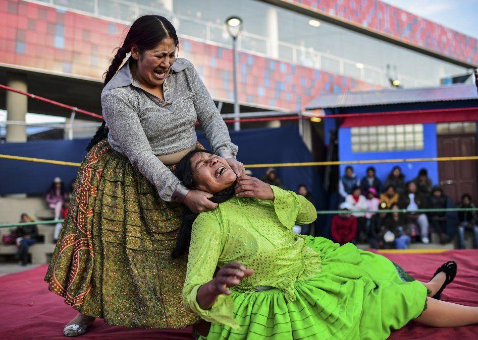 La luchadora boliviana Ana Luisa Yujra (D)