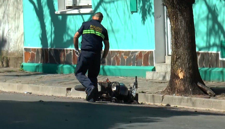 Un motociclista falleció y su acompañante sufrió varias lesiones tras chocar contra un arbol