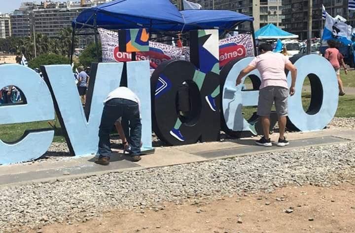 El letrero Montevideo de la colina de Kibón volvió a ser pintado de celeste