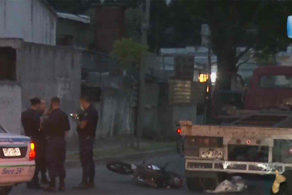 Un camión no respetó el cartel de pare y embistió a una moto: su conductor falleció