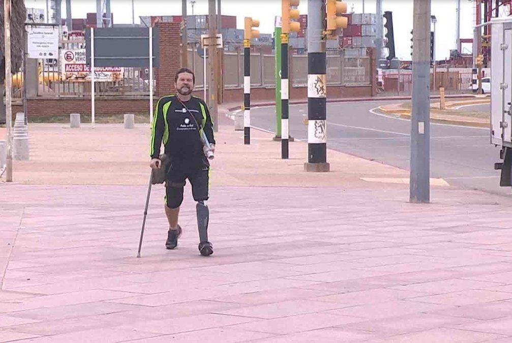 Venezolano recorre el continente a pie luego de sufrir un accidente y amputarse una pierna