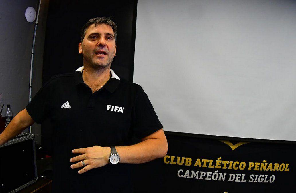 Darío Ubríaco del Departamento de Arbitraje de la AUF fue el encargado de informar a los futbolistas de ambos planteles.