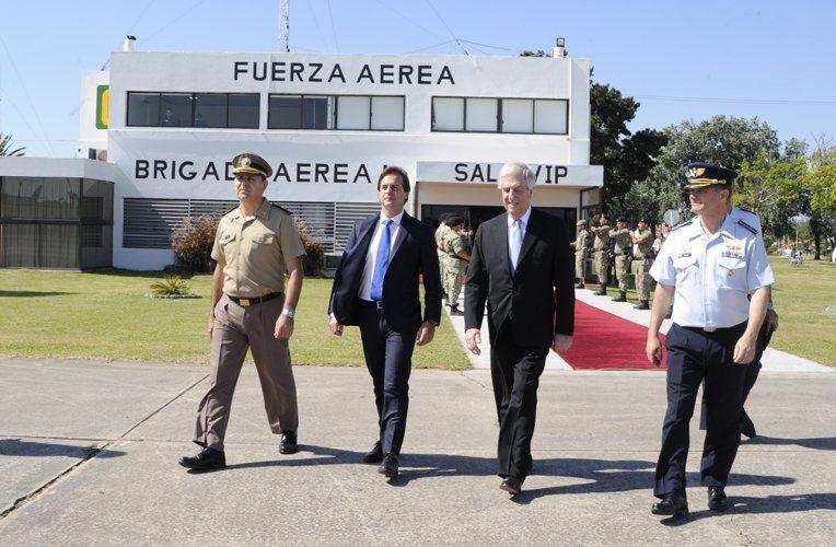 Lacalle Pou y Vázquez salen de la unidad militar vecina al aeropuerto de Carrasco