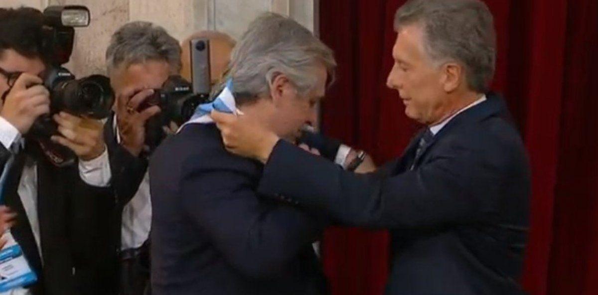Macri coloca la banda presidencial a su sucesor. Alberto Fernández pidió que el bastón de bando lleve la inscripción Argentina se pone de pie